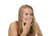 Junge freundliche Frau hält Hand vor Mund