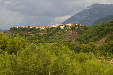pueblo en la montaña, pirineos, españa