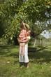 Jeunes filles attrapant une pomme dans un arbre