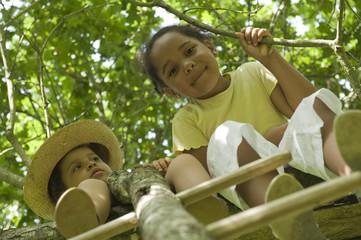 2 jeunes filles dans une cabane