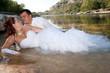 jeunes mariés amoureux à la rivière