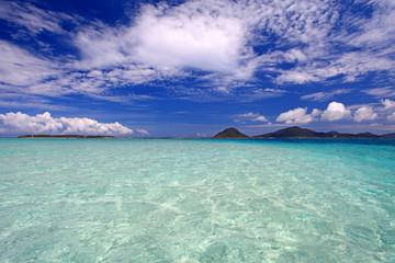 大きく広がる透明な海と青い空