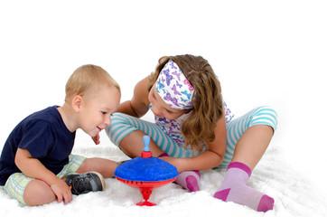 Kinder Spielen mit Brummkreisel