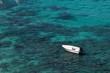 Barca a motore nel mare blu