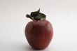 ein roter Apfel mit Blättern auf Weiß