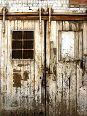 Tor an einem verfallenen Schuppen in Sachsenhausen