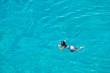 Bambino che fa snorkeling in mare