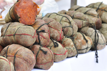 Venta de sobrasada en mercado de valldemossa en Mallorca