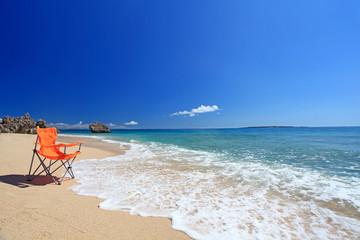波打ち際に置かれたビーチチェア