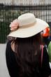 touriste chinoise en châpeau de paille