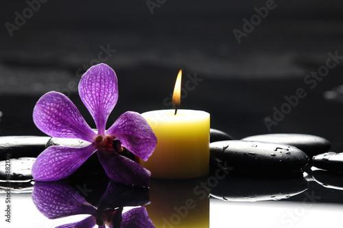 palące się świece spa zróżowa orchidea ikamienie refleksji