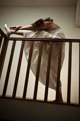 femme allongée sur une balustrade