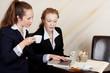geschäftsfrauen mit laptop im café