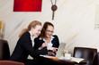 geschäftsfrauen mit laptop im hotel