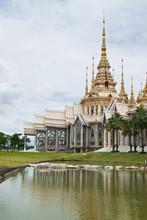 Vacker byggnad med religion, Wat luang Phor tå, Nakhonratcha
