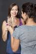 Zwei Frauen trinken Champagner