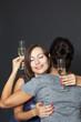 Zwei Frauen umarmen sich mit Sektgläsern in der Hand