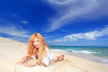コマカ島の砂浜で寛ぐ女性