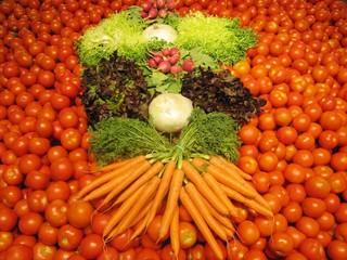 Composición con verduras crudas, fondo tomates.