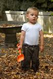 Enfant qui ramasse des feuilles