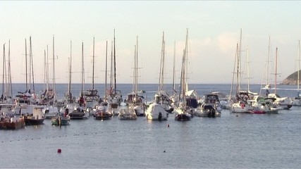 barche a vela ormeggiate in toscana
