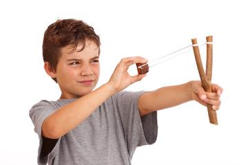 Junge schießt mit der Steinschleuder - Haftpflicht Schaden