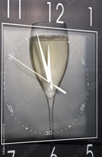 odbicie-kieliszek-do-wina-w-zegarze