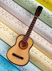 chitarra e spartiti musicali colorati - due