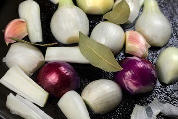 Mixed Onions in der Pfanne
