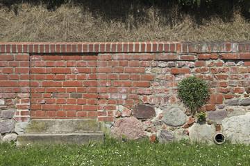 Mauerfragment der Burganlage in Tangermünde