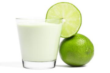 limonenscheibe an einem milchshake glas und limone