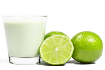 limone und halbe neben milchshake auf weissem hintergrund
