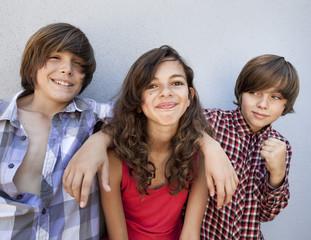 groupe de trois jeunes adolescents souriants