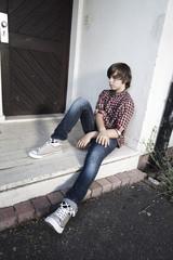 jeune garçon assis solitude ennuis