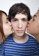 jeune homme embarassé par les filles