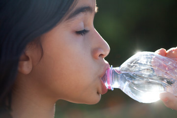 bere acqua dalla bottiglietta
