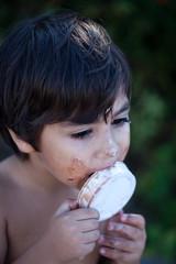 bambino sporca di panna e cioccolato
