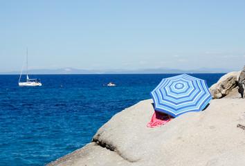 Ragazza sotto l'ombrellone