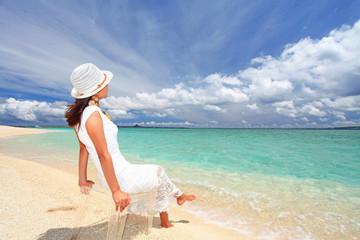 爽やかな海を眺める女性
