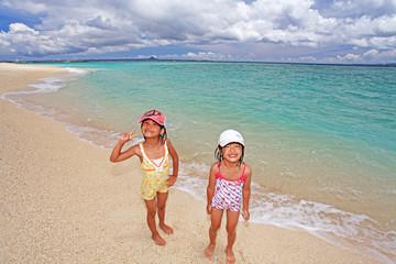 海水浴を楽しむ姉弟
