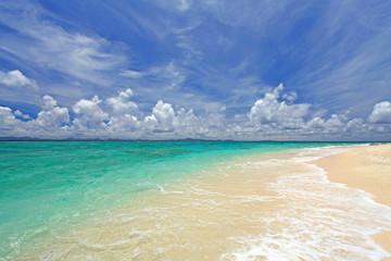 鮮明な海と白い砂浜