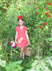 Rotkäppchen in den Beeren