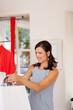 verkäuferin überreicht einkaufstüten