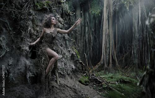 seksowna-kobieta-jako-czesc-drzewa