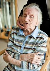 Alte Dame im Pflegeheim (Alzheimer)