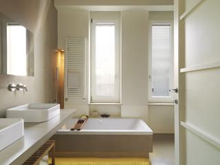 bagno moderno con vasca da bagno