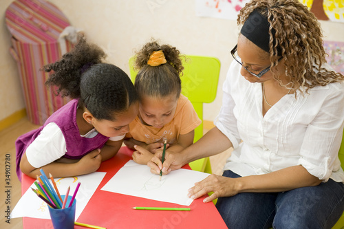 Monter aux enfants un dessin