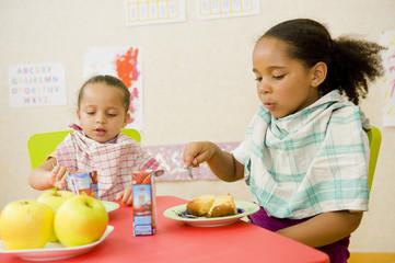 2 enfants à l'heure du goûter