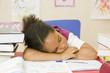 L'enfant endormi devant ses devoirs d'école