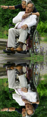 Älteres Paar im Grünen - der Mann im Rollstuhl